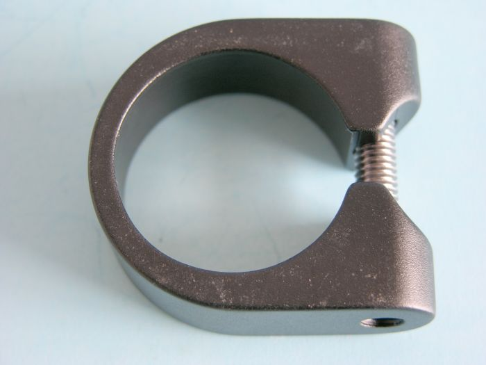 Klema na sedlovku 31,8mm černá se šroubem